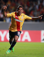 MORELIA - MEXICO -28 -01-2014: Armando Zamorano, jugador de Monarcas Morelia de Mexico, corre a celebrar el gol anotado, durante partido por la primera fase, llave G5 de la Copa Libertadores en el estadio Morelos de la ciudad de Morelia. / Armando Zamorano player of Monarcas Morelia of Mexico, runs to celebrates a goal scored during a match for the first fase, g5 key of the Copa Bridgestone Libertadores in Morelos stadium in Morelia city, Photo: VizzorImage  / Manuel Velasquez / Jam Media / Cont