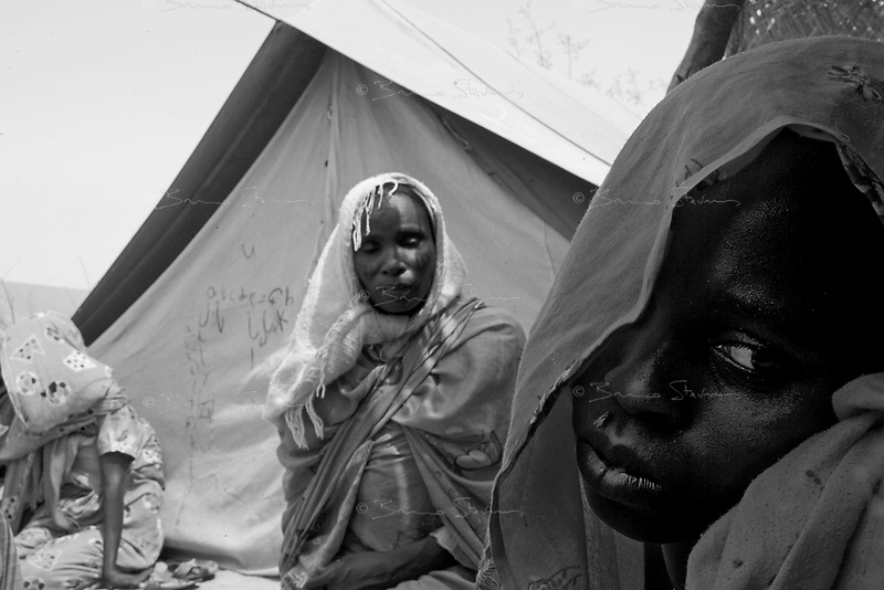 Farchana, Tchad, June 5, 2004.Khadija Ahmad Abacar, right, cries over the loss of her son Hafiz Malik Yaya, 9 months old, who died of severe malnutrition. More than 13 thousand Sudanese refugees from Darfur stay in this camp in very harsh conditions.