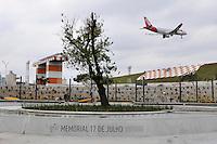 SÃO PAULO, SP, 15 DE JULHO DE 2012 - OBRAS MEMORIAL 17 DE JULHO: Trabalhadores fazem os ultimos preparativos no Memorial 17 de Julho, localizado na Av. Washington Luis em frente ao Aeroporto de Congonhas  em São Paulo, onde em 2008 caiu o Airbus JJ320 da TAM. O  Memorial será inaugurado na próxima terça feira (17). FOTO: LEVI BIANCO - BRAZIL PHOTO PRESS