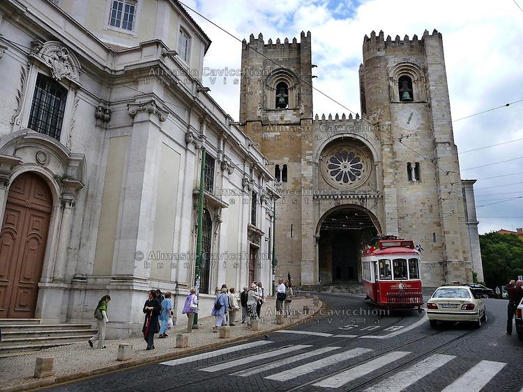 LISBONA Portogallo: quartiere Alfama, cattedrale La SE.LISBON, Portugal: Alfama district, LA SE cathedral...