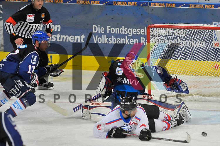 Nuernbergs Jason Jaspers (Nr.19) gegen Mannheims Marcus Kink (Nr.17) und im Tor Mannheims Felix Br&uuml;ckmann (Nr.90)  beim Spiel in der DEL, Adler Mannheim - Nuernberg Ice Tigers.<br /> <br /> Foto &copy; Ice-Hockey-Picture-24 *** Foto ist honorarpflichtig! *** Auf Anfrage in hoeherer Qualitaet/Aufloesung. Belegexemplar erbeten. Veroeffentlichung ausschliesslich fuer journalistisch-publizistische Zwecke. For editorial use only.