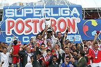 BOGOTA-COLOMBIA- 27 01-2013. Jugadores de Independiente Santa Fe celebran después de ganar la final de la SuperLiga de Campeones en partido contra Millonarios en el estadio Nemesio Camacho, El Campin,  en la ciudad de Bogota, enero 27 de 2013  Players of Millonarios celebrate after winning the final match against Independiente Santa Fe as part of the final of the Champions SuperLeague at the Estadio Nemesio Camacho, on January 27, 2017 in Bogota, Colombia. Photo: VizzorImage / Felipe Caicedo /STAFF