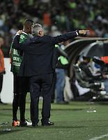 MEDELLÍN -COLOMBIA-03-05-2016: Reinaldo Rueda (Der.), técnico de Atletico Nacional, da instrucciones a Jonathan Copete (Izq.) jugador, durante partido entre Atletico Nacional y Huracan de octavos de final, llave A, de la Copa Bridgestone Libertadores 2016 jugado en el estadio Atanasio Girardot de la ciudad de Medellín. / Reinaldo Rueda (R), coach of Atletico Nacional, gives instructions to Jonathan Copete (L), during a match for the second leg key A, between Atletico Nacional and Huracan as part of round of 16 of Copa Bridgestone  Libertadores 2016 at Atanasio Girardot in Medellin city / Photo: VizzorImage / Luis Ramirez / Staff.