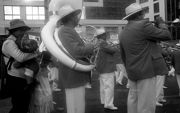 02.2010 La Paz (Bolivia)<br /> <br /> Musiciens en train de jouer dans la rue pendant d&eacute;fil&eacute; du carnaval.<br /> <br /> Musicians playing in the street during the carnival parade.