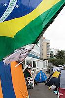 RIO DE JANEIRO, RJ, 24 DE JUNHO 2013 - PROTESTO RESIDENCIA GOVERNADOR RIO DE JANEIRO - Manifestantes permanecem acampados na esquina da Avenida Delfim Moreira com a Rua Aristides Espíndola, no Leblon, na zona sul do Rio de Janeiro, nas proximidades da residência do governador Sérgio Cabral Filho, na tarde desta segunda-feira (24).Foto: Nestor Beremblum - Brazil Photo Press