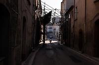 Bonefro: impalcature messe a sostegno delle case all'ingresso di Bonefro. Le impalcature hanno un costo di affitto