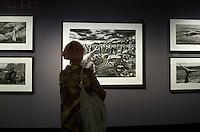 Berlin, eine Besucherin steht am Freitag (17.04.2015) bei der Pressevorbesichtigung der Ausstellung Genesis des brasilianischen Fotografen Sebastiao Salgado im Ausstellungshaus für Fotografie C/O Berlin. Foto: Steffi Loos/CommonLens