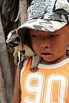 Ind&iacute;genas guna / ni&ntilde;o ind&iacute;gena con mono tit&iacute; en la comarca de Guna Yala, Panam&aacute;.<br /> <br /> Guna Indians / boy with titi monkey in Guna Yala region, Panama.