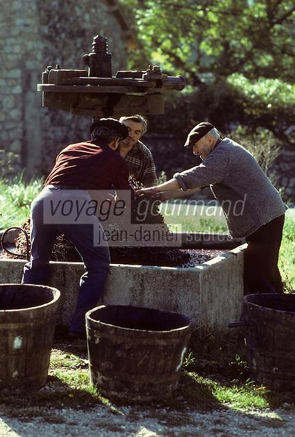 Europe/France/Languedoc-Roussillon/48/Lozère/Gorges du Tarn/Molines : Les vendanges pressoir manuel<br /> PHOTO D'ARCHIVES // ARCHIVAL IMAGES<br /> FRANCE 1980