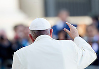 Papa Francesco saluta i fedeli al termine dell'udienza generale del mercoledi' in Piazza San Pietro, Citta' del Vaticano, 11 novembre 2015.<br /> Pope Francis waves to the faithful as he leaves at the end of his weekly general audience in St. Peter's Square at the Vatican, 11 November 2015.<br /> UPDATE IMAGES PRESS/Riccardo De Luca<br /> <br /> STRICTLY ONLY FOR EDITORIAL USE
