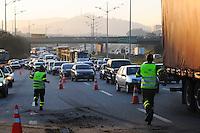 ATENÇÃO EDITOR: FOTO EMBARGADA PARA VEÍCULOS INTERNACIONAIS. - SAO BERNARDO DO CAMPO) TRANSITO. Acidente ONIBUS. Um acidente na Via Anchieta km 23 sentido Sao Paulo entre Onibus e um Caminhao.FOTO: ADRIANO LIMA / BRAZIL PHOTO PRESS).