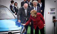 """Bundeskanzlerin Angela Merkel (CDU) schaut sich am Montag (27.05.13) in Berlin waehrend einer Internationalen Konferenz"""" Elektromobilität bewegt"""" ein Elektroauto von Daimler an,waehrend der Vorstandsvorsitzender der Daimler AG Dieter Zetsche (l.) und Bundesverkehrsminister Peter Ramsauer (CSU,r.) daneben stehen. Foto: Timur Emek/CommonLens"""
