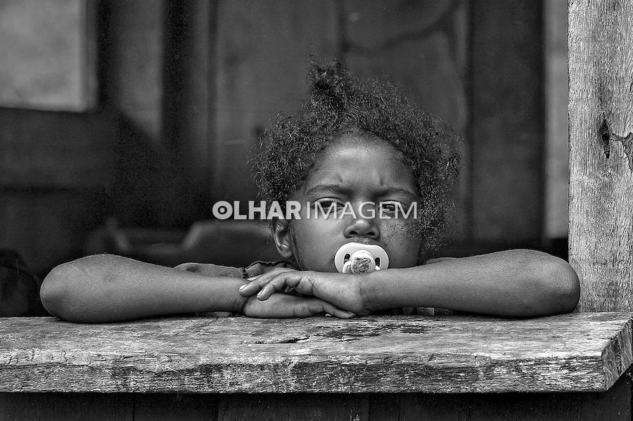 Criança no alojamento. Trabalho escravo nas fazendas Serra Morena e Serra Negra. Carutapera. Maranhao. 2005. Foto de Ubirajara Machado.