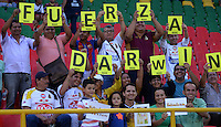 IBAGUÉ -COLOMBIA, 10-07-2015. Hinchas del Tolima animan a uno de sus  jugadores durante el encuentro entre Deportes Tolima y Cortulúa por la fecha 12 de la Liga Águila II 2016 jugado en el estadio Manuel Murillo Toro de Ibagué. / Fans of Tolima cheer for one of their playuers during the match between Deportes Tolima and Atletico Huila for the date 10 of the Aguila League II 2016 played at Manuel Murillo Toro stadium in Ibague city. Photo: VizzorImage / Juan Carlos Escobar / Str