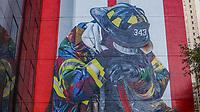 NOVA YORK, EUA, 21.10.2018 - ARTE-EUA - Obra do artista brasileiro Eduardo Kobra homenageia bombeiros que trabalharam nos atentados de 11 de setembro é visto na Ilha de Manhattan em Nova York nos Estados Unidos neste domingo, 21. (Foto: William Volcov/Brazil Photo Press)