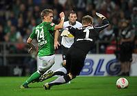 FUSSBALL   1. BUNDESLIGA    SAISON 2012/2013    8. Spieltag   SV Werder Bremen - Borussia Moenchengladbach  20.10.2012 Nils Petersen (li, SV Werder Bremen) gegen Marc Andre ter Stegen (re, Borussia Moenchengladbach)