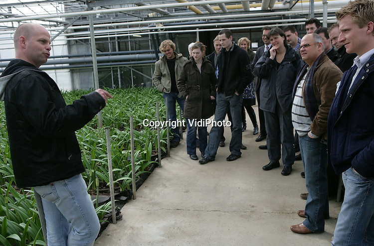Foto: VidiPhoto..BEMMEL - Een groep tuinders van de Leergang Ondernemersvaardigheden op excursie bij de innovatieve tuinder Michiel van Gellecum uit Bemmel. Van Gellecum verwarmt zijn bedrijf met warmtekrachtpompen.