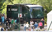 Mannschaftsbus kommt an den Trainingsplatz und wird von den wartenden Fans begrüßt - 26.05.2018: Training der Deutschen Nationalmannschaft zur WM-Vorbereitung in der Sportzone Rungg in Eppan/Südtirol