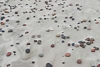 Kieselsteine, Kiesel, Steine am Strand, Meeresstrand, von Wellen und Wind beeinflusst