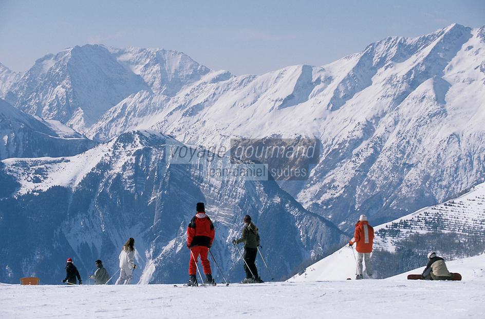 Europe/France/Rhône-Alpes/38/Isère/l'Alpe-d'Huez: Piste à l'arrivée du télécabine des Grandes Rousses à 2100m en fond les sommets de l'Oisans - Skieurs