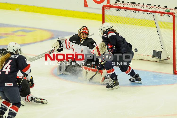 04.04.2015, Malm&ouml; Ishall, Malm&ouml; , SWE, IIHF Eishockey Frauen WM 2015, USA vs Canada (CAN), im Bild, Finale, Genevieve LACASSE (#31, CAN) rettet vor Haley SKARUPA (#11, USA)<br /> <br /> ***** Attention nur f&uuml;r redaktionelle Berichterstattung *****<br /> <br /> Foto &copy; nordphoto / Hafner