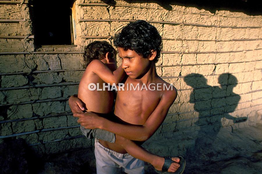Crianças pobres no interior da Amazônia. 1985. Foto de Cynthia Brito.