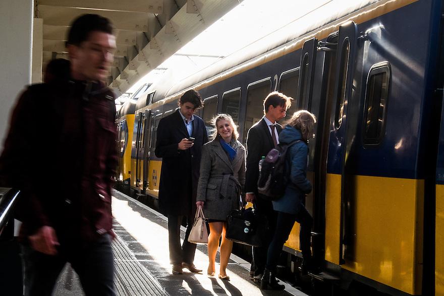 Nederland, Amsterdam, 30 april 2015<br /> NS-station Amsterdam Zuid. Reizigers stappen in een trein.<br /> <br /> Foto: Michiel Wijnbergh