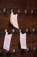 """Europe/France/Centre/41/Loir-et-Cher/Sologne/Chaumont-sur-Tharonne : Hôtel """"La Croix Blanche"""" - Les bons de table en cuisine<br /> PHOTO D'ARCHIVES // ARCHIVAL IMAGES<br /> FRANCE 1990"""