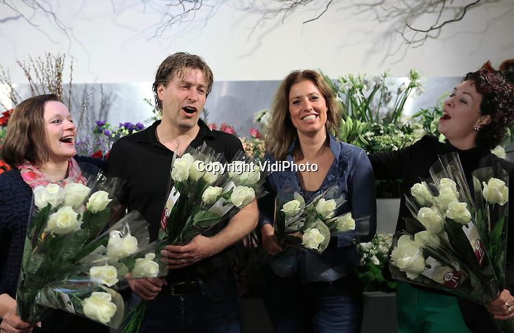 Foto: VidiPhoto<br /> <br /> VENLO - De beste bloemist van Nederland komt uit Limburg. Nizza Bloembinders uit Venlo is door zowel consumenten, vakjury als mystery shoppers als beste bloemist beoordeeld. Het bloemistenechtpaar Tom en Lilian Ebus werd donderdag door zowel personeel als klanten uitgebreid in het zonnetje gezet. De landelijke verkiezing &quot;Mijn Bloemist van het Jaar&quot; wordt tweejaarlijks georganiseerd door de branchevereniging voor bloemisten (VBW). Het is dit jaar voor het eerst dat de verkiezing plaatsvindt. Klanten van Nizza krijgen deze week een witte roos cadeau. Foto: Tom en Lilian Ebus (m) worden gefeliciteerd door het personeel.