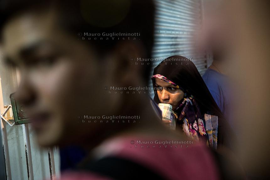 donna in coda con foulard