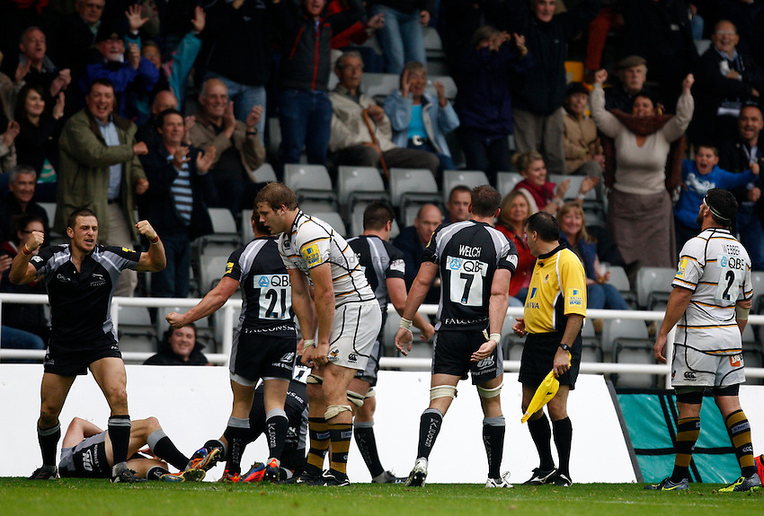 Photo: Richard Lane/Richard Lane Photography. Newcastle Falcons v London Wasps. Aviva Premiership. 02/10/2011. Falcons celebrate victory.