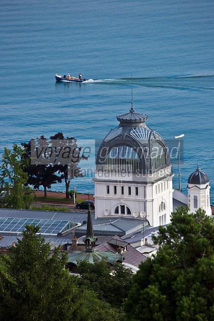 Europe/France/Rhône-Alpes/74/Haute-Savoie/Évian-les-Bains: Le Palais Lumière,  Centre de Congrés  situé dans les anciens thermes de 1902 et bateau de pêcheur sur le Lac Léman