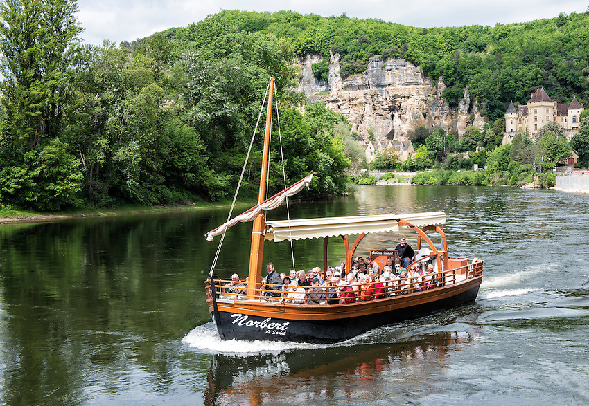 A Gabares Norbert boat on the River Dordogne approaches the landing dock at La Roque-Gageac.