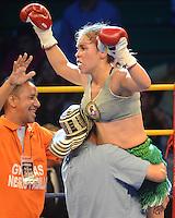 BARRANQUILLA-COLOMBIA- 24-10-2014. Liliana Palmera, boxeadora colombiana, obtuvo por decisión unánime, en su décimo intento, el título mundial del peso supergallo de la AMB ante la venezolana Ana Lozano, en pelea realizada este viernes por la noche en el coliseo de la Universidad del Norte de Barranquilla, en el marco de la velada 'Nocaut a las drogas'./ Liliana Palmera, a Colombian boxer, won a unanimous decision in his tenth attempt, world title WBA super bantamweight before Venezuelan Ana Lozano, in a fight on Friday night at the Coliseum at the University of North London, as part of the evening 'Knock on drugs'. Photo: VizzorImage/Alfonso Cervantes/STR