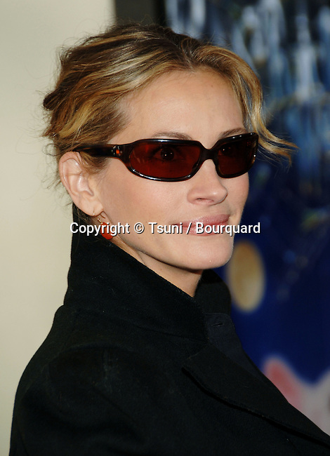 Julia Roberts  arriving at the CHARLOTTE'S WEB Premiere at the Arclight  Theatre In Los Angeles.<br /> <br /> headshot<br /> sun glass