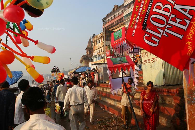 29.10.2006 Varanasi(Uttar Pradesh)<br /> <br /> Man holding advertizing pancard for Global tea in the ghat.<br /> <br /> Homme tenant des pancartes publicitaires pour Global tea sur le ghat.