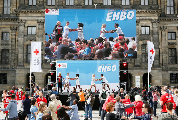 Nederland Amsterdam - 2017.  Het Rode Kruis deed zaterdag 9 september een poging het wereldrecord grootste EHBO-les te verbreken. Het record is helaas niet gehaald.   Foto Berlinda van Dam / Hollandse Hoogte