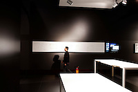 Milano: visitatori durante il salone del mobile 2012