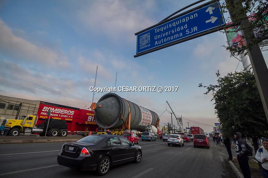 SAN JUAN DEL RIO.,QRO. 16 DE MARZO DEL 2017.- EL PASO DE LAS CALDERAS POR EL MUNICIPIO DE SAN JUAN DEL RIO EMPESO AL REDEDOR DE LAS 10:30 PM DE LA NOCHE, CON EL INICIO DEL PASO POR EL PUENDE DEL CENTRO EXPOSITOR, CUANDO LAS CUATRO MEGA ESTRUCTURAS PASARON DICHO PUENTE SE DETUVIERON POR MUCHAS HORAS.<br /> <br /> COMO A LAS 4:00 AM DE LA MA&Ntilde;ANA DEL DIA JUEVES 16 DE MARZO EMPRENDIERON DE NUEVO SU PASO POR DICHO MUNICIPIO, AL ENTRAR POR LA AVENIDA PASEO CENTRAL SE REALIZO UN DESORDEN VIAL MUY FUERTE Y ESTO POR QUE A LAS 5:30 AM SE BLOQUEO EL PASO PRINICIPAL DE ORIENTE A PONIENTE LO QUE HIZO QUE SE ENFURECIO MUCHOS DE LOS TRASEUNTES POR DICHA VIALIDAD.