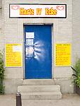 Europa, DEU, Deutschland, Nordrhein Westfalen, NRW, Rheinland, Niederrhein, Ruhrgebiet, Duisburg-Hochfeld, Kiosk, Trinkhalle, Eingang, Hartz IV Eck Schild, Tuere, Kategorien und Themen, Architektur, Architektonisch, Architekturfoto, Architekturfotografie, Gebaeude, Bauwerk, Schilder, Symbole, Symbolik, Symbolsprache, Symbolfoto, Symbolfotografie, Symbolbild, Zeichen, Symbolzeichen....[Fuer die Nutzung gelten die jeweils gueltigen Allgemeinen Liefer-und Geschaeftsbedingungen. Nutzung nur gegen Verwendungsmeldung und Nachweis. Download der AGB unter http://www.image-box.com oder werden auf Anfrage zugesendet. Freigabe ist vorher erforderlich. Jede Nutzung des Fotos ist honorarpflichtig gemaess derzeit gueltiger MFM Liste - Kontakt, Uwe Schmid-Fotografie, Duisburg, Tel. (+49).2065.677997, ..archiv@image-box.com, www.image-box.com]