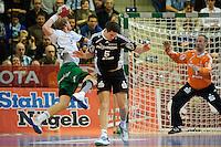 links Manuel Späth (FAG) setzt sich durch gegen Kim Andersson (THW), im Tor Thierry Omeyer (THW)