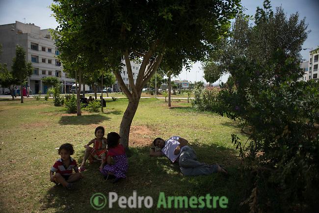 13 septiembre 2015. Nador. Marruecos.<br /> Adlah Alahmad, de 25 a&ntilde;os, y su marido Mohammed Amin Shiz, de 31 a&ntilde;os, descansan en un parque de Nador (Marruecos) con sus dos hijas, Fatima, de 7 a&ntilde;os, y Yasir, de 6 a&ntilde;os. La familia huy&oacute; de Siria perdiendo todos sus bienes y ahora esperan poder entrar en Melilla. La ONG Save the Children exige al Gobierno espa&ntilde;ol que tome un papel activo en la crisis de refugiados y facilite el acceso de estas familias a trav&eacute;s de la expedici&oacute;n de visados humanitarios en el consulado espa&ntilde;ol de Nador. Save the Children ha comprobado adem&aacute;s c&oacute;mo muchas de estas familias se han visto forzadas a separarse porque, en el momento del cierre de la frontera, unos miembros se han quedado en un lado o en el otro. Para poder cruzar el control, las mafias se aprovechan de la desesperaci&oacute;n de los sirios y les ofrecen pasaportes marroqu&iacute;es al precio de 1.000 euros. Diversas familias han explicado a Save the Children c&oacute;mo est&aacute;n endeudadas y han tenido que elegir qui&eacute;n pasa primero de sus miembros a Melilla, dejando a otros en Nador. <br /> &copy; Save the Children Handout/PEDRO ARMESTRE - No ventas -No Archivos - Uso editorial solamente - Uso libre solamente para 14 d&iacute;as despu&eacute;s de liberaci&oacute;n. Foto proporcionada por SAVE THE CHILDREN, uso solamente para ilustrar noticias o comentarios sobre los hechos o eventos representados en esta imagen.<br /> Save the Children Handout/ PEDRO ARMESTRE - No sales - No Archives - Editorial Use Only - Free use only for 14 days after release. Photo provided by SAVE THE CHILDREN, distributed handout photo to be used only to illustrate news reporting or commentary on the facts or events depicted in this image.