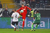 Torwart Jiri Pavlenka (SV Werder Bremen) klaert gegen Ante Rebic (Eintracht Frankfurt) - 03.11.2017: Eintracht Frankfurt vs. SV Werder Bremen, Commerzbank Arena