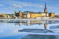 Riddarholmen speglar sig bland isflak i Riddarfjärden i Stockhom.