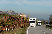 Italien, Piemont, Region Langhe, mit dem Wohnmobil durch die Weinbauregion bei Barolo, im Hintergrund Weindorf La Morra | Italy, Piedmont, Region Langhe, near Barolo,  mobile home, vineyard, background wine village La Morra
