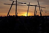 Scouts are using the very last daylight to keep building their camp. Photo: Kim Rask/Scouterna