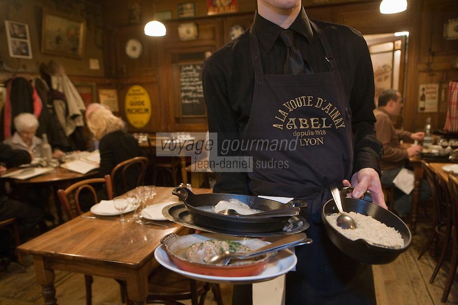 Europe/France/Rhône-Alpes/69/Rhône/Lyon:  Bouchon: Chez Abel, 25, rue Guynemer (2e) Service de la poule au riz sauce  suprème  et de la quenelle de brochet, grands classiques de la cuisine lyonnais des mères