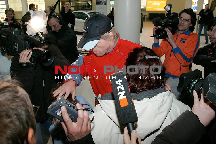 BL 05 / 06 - Ankunft Oliver Kahn auf dem Bremer Flughafen<br /> <br /> Oliver Kahn landete p&uuml;nktlich mit der Mannschaft von Bayern M&uuml;nchen auf dem Bremer Flughafen. Oliver Kahn wurde dort von den Medien in Empfang genommen. Oliver Kahn ging wortlos in den Mannschaftsbus.<br /> <br /> Foto &copy; nordphoto <br /> <br />  *** Local Caption *** Foto ist honorarpflichtig! zzgl. gesetzl. MwSt.<br /> Belegexemplar erforderlich