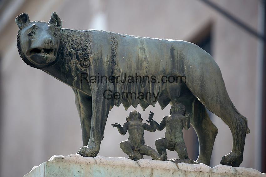 Italy, Lazio, Rome: Bronze sculpture of the she-wolf with Romulus and Remus | Italien, Latium, Rom: Bronzestatue einer Woelfin mit Romulus und Remus, den Gruendern Roms