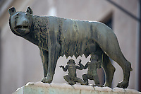 Italy, Lazio, Rome: Bronze sculpture of the she-wolf with Romulus and Remus | Italien, Latium, Rom: Bronzestatue einer Woelfin mit Romulus und Remus, den Gruendern Roms